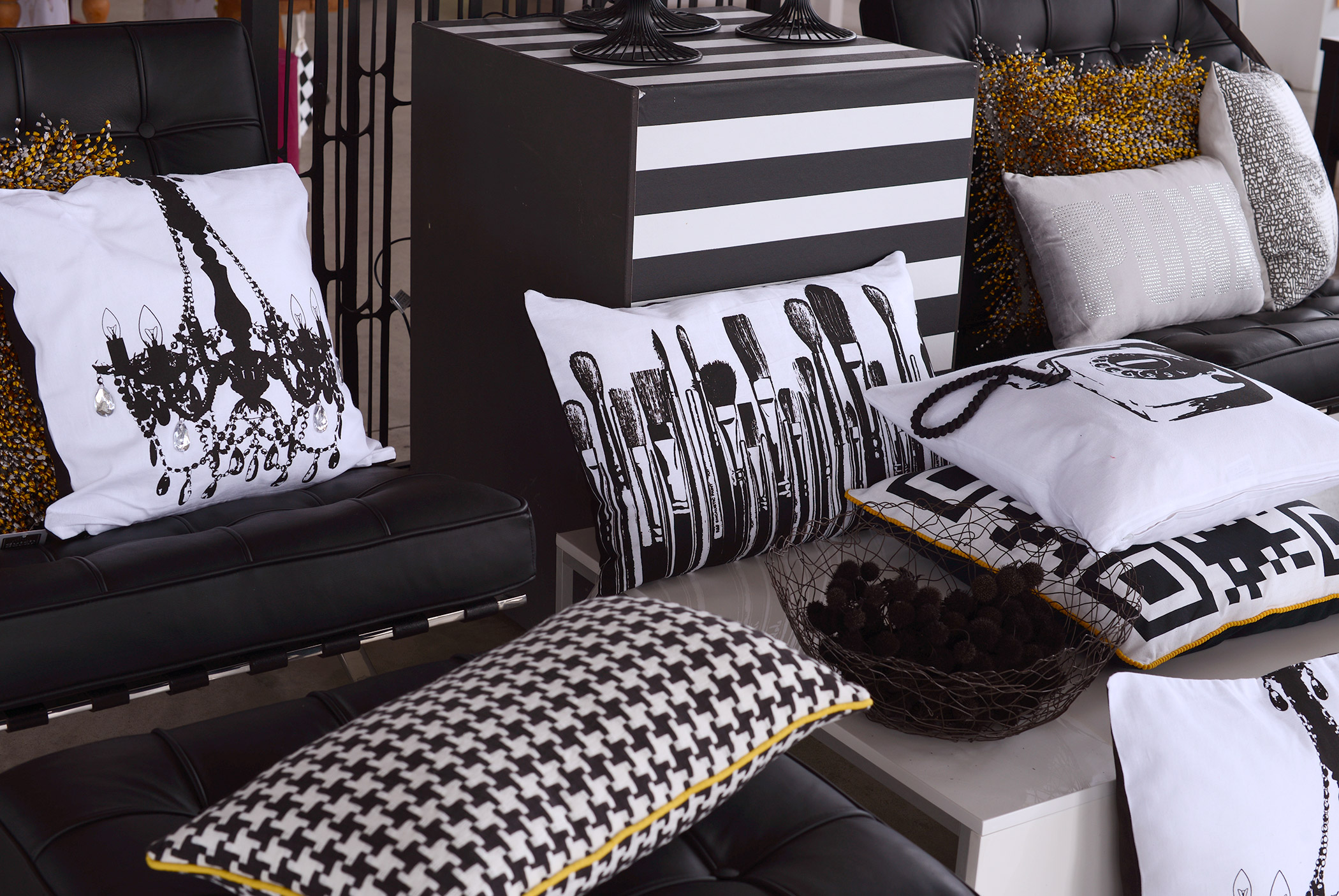blackandwhite starke kissen apart blog. Black Bedroom Furniture Sets. Home Design Ideas